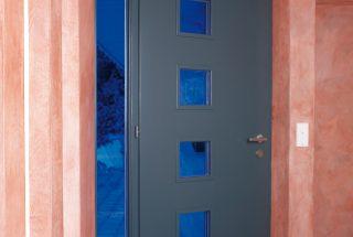 Türe mit Acrylglas farbig blau